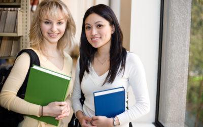 Studenter som håller en bok