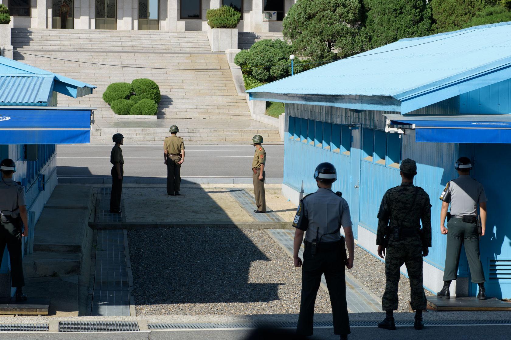 Korean soldiers on the DMZ border
